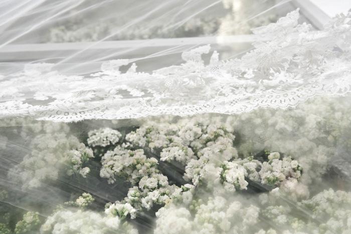A passarela para andar até a Chupá, era de vidro com flores dentro. Nessa foto, o detalhe do meu véu por cima do chão.