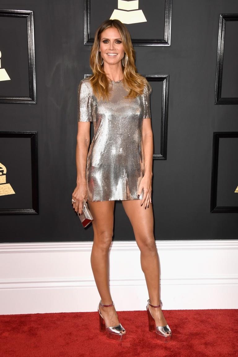 A Heidi Klum colocou as pernas pra jogo, kkkk! E que pernas, né?! Achei o modelito bem básico, mas ela é tão linda que não dá pra gongar!